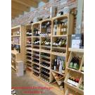 Landwinkel De Plantage in Kruiningen verkoop allerlei lekkernijen en natuurlijk wijnen vanuit wijnrekken Kabinett.